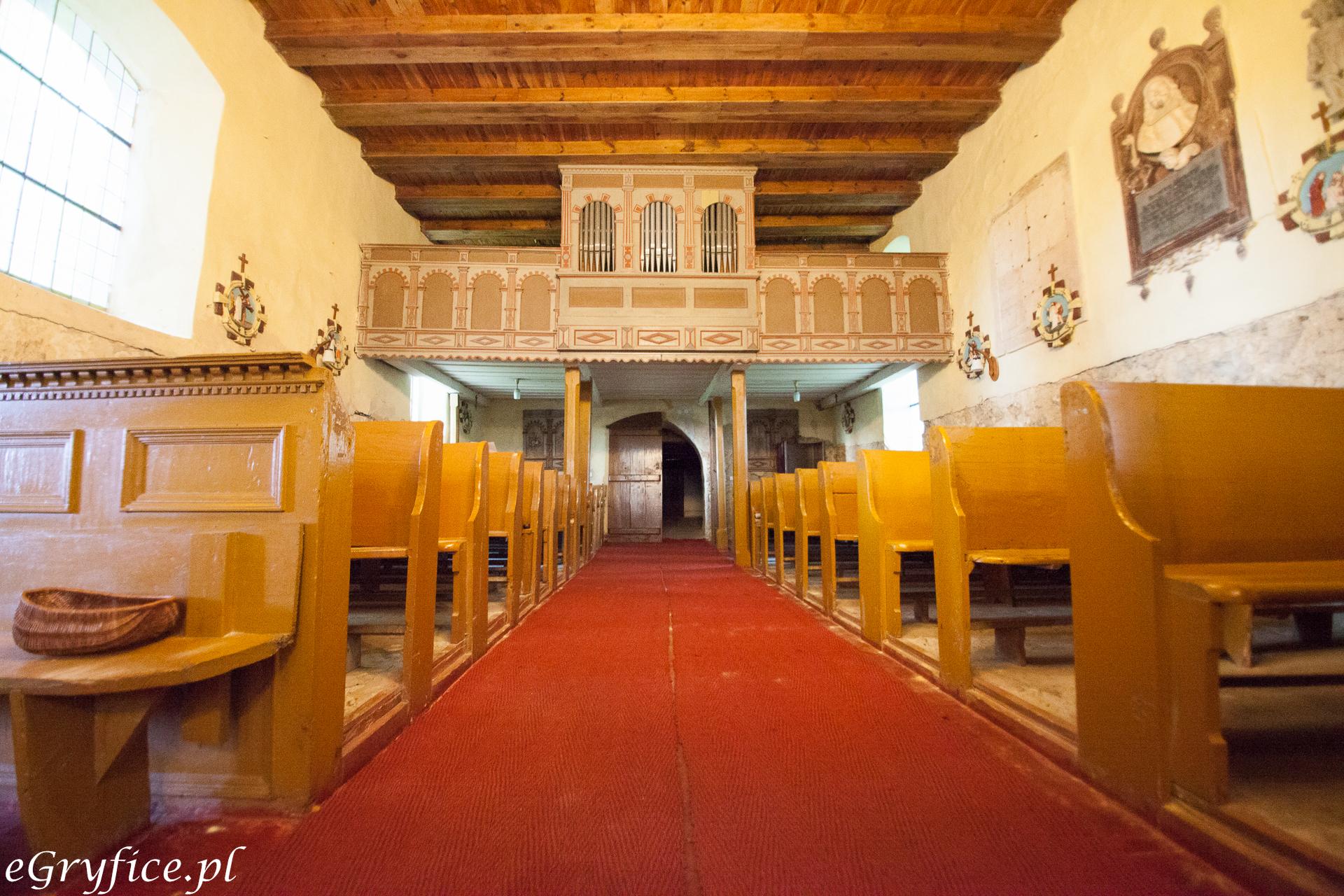 Wnętrze kościoła w Rybokartach i zabytkowe organy
