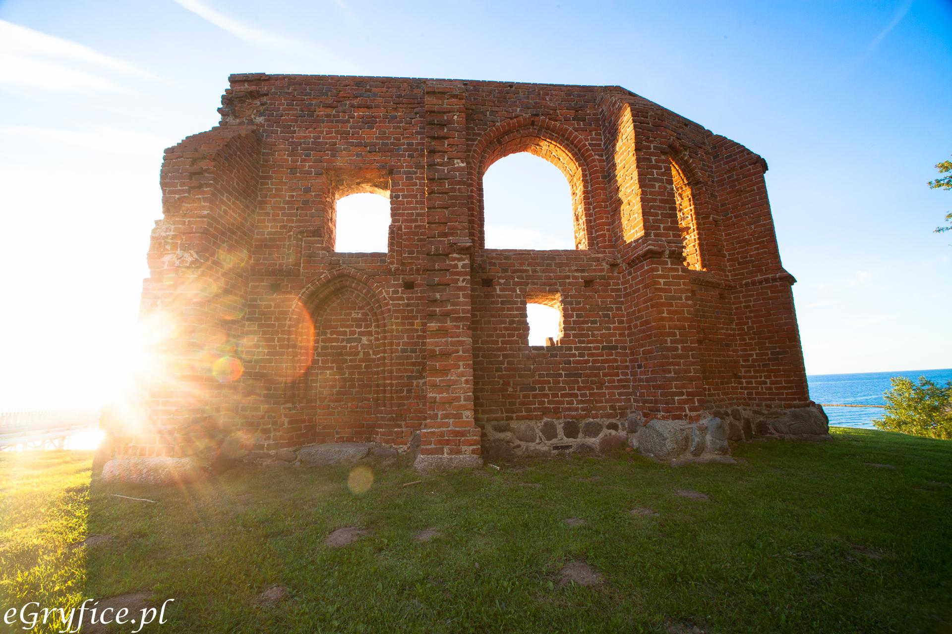 Ruiny kościoła w Trzęsaczu, widok z lądu z zachodzącym słońcem