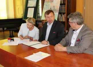 podpisanie umowy na wymianę okien w Pałacu
