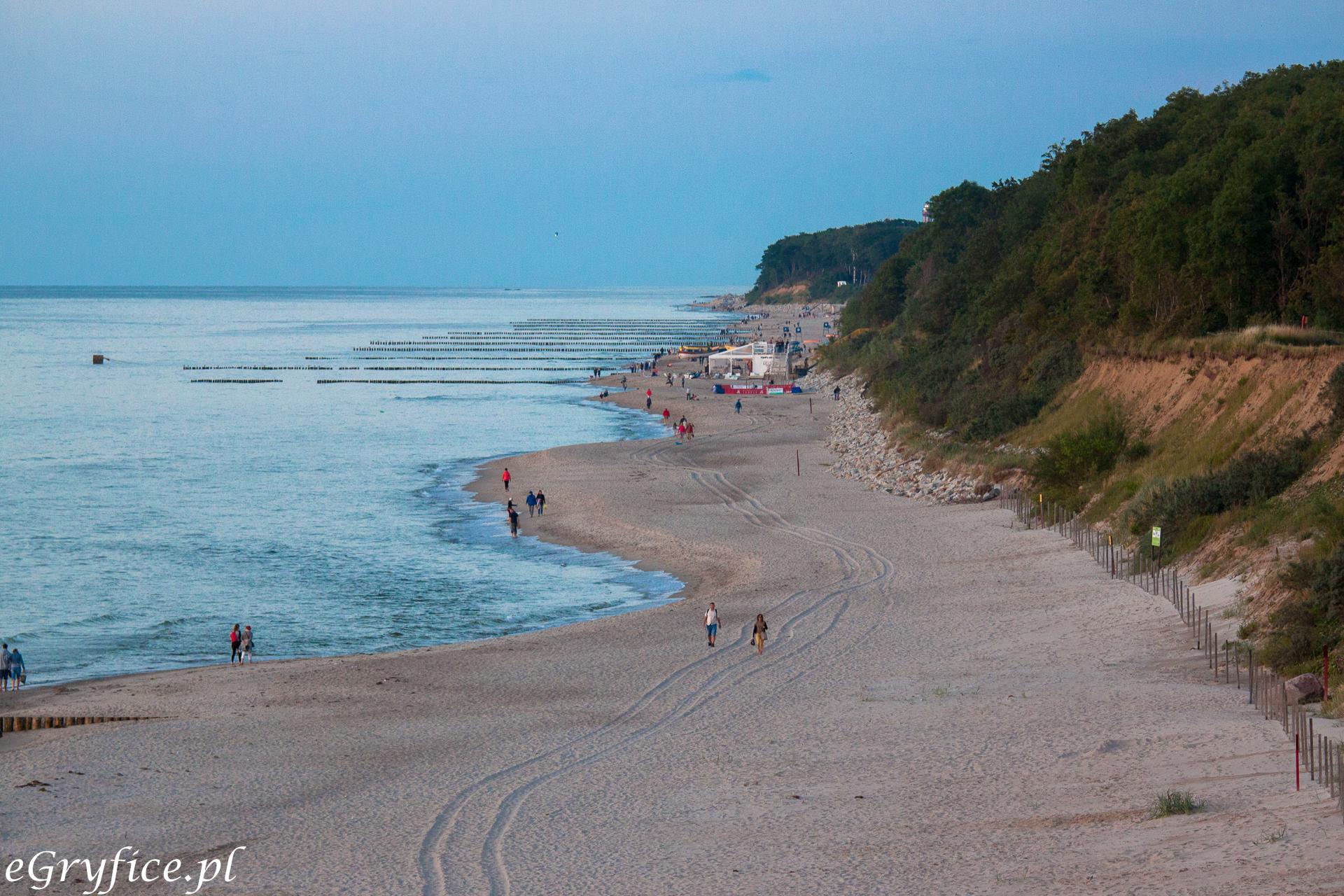 Plaża w Trzęsaczu, widok z punktu widokowegow stronę Rewala