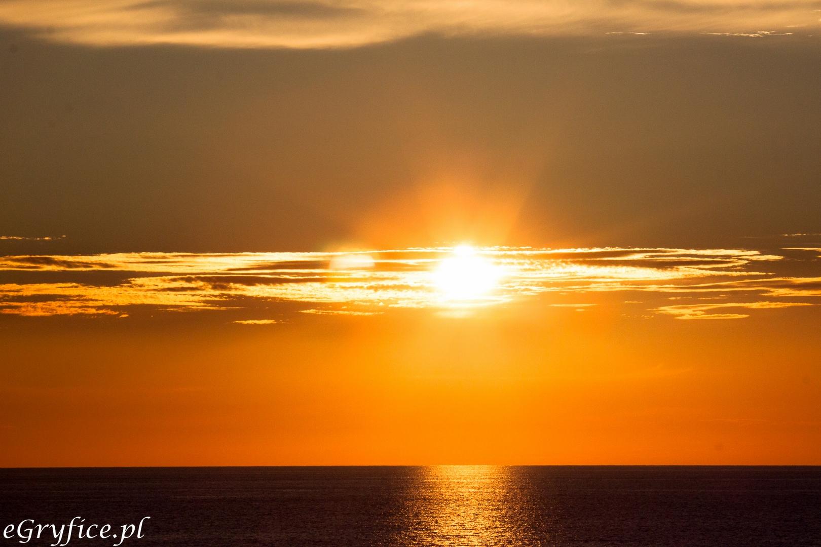 Zachód słońca w Mrzeżynie, piękne kolory zachodzącego słońca. Szukasz tanich noclegów w Mrzeżynie, żeby wypocząć nad Bałtykiem i naładować baterie? Czekają kwatery, pensjonaty i hotele.