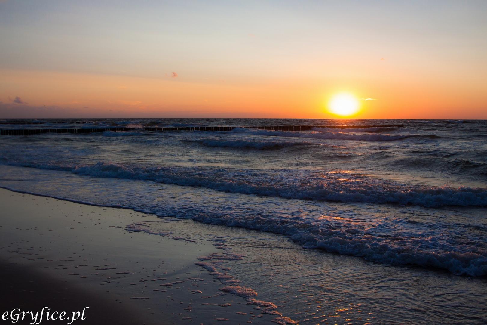 Zachód słońca na plaży w Niechorzu w powiecie gryfickim