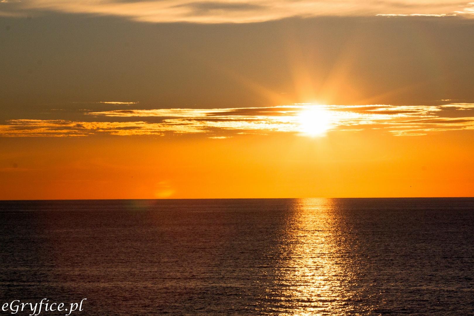 Piękny zachód słońca w Rewalu obserwowany z platformy widokowej. Turyści, którym udało się znaleźć tanie noclegi w Rewalu mogą korzystać z wielu atrakcji wybrzeża rewalskiego podczas tanich wczasów nad Bałtykiem.
