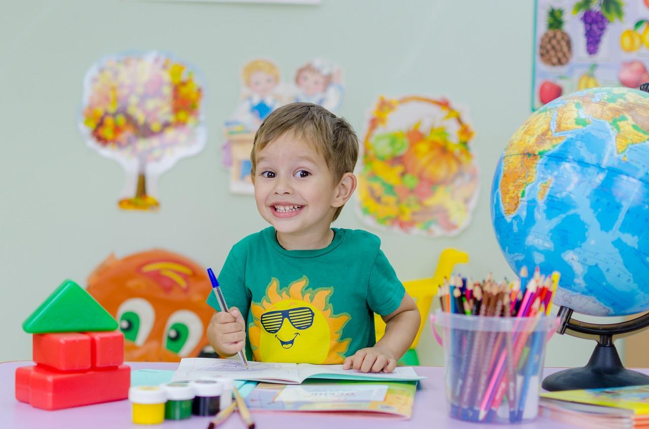 Zadowolone dziecko w prywatnej szkole podstawowej