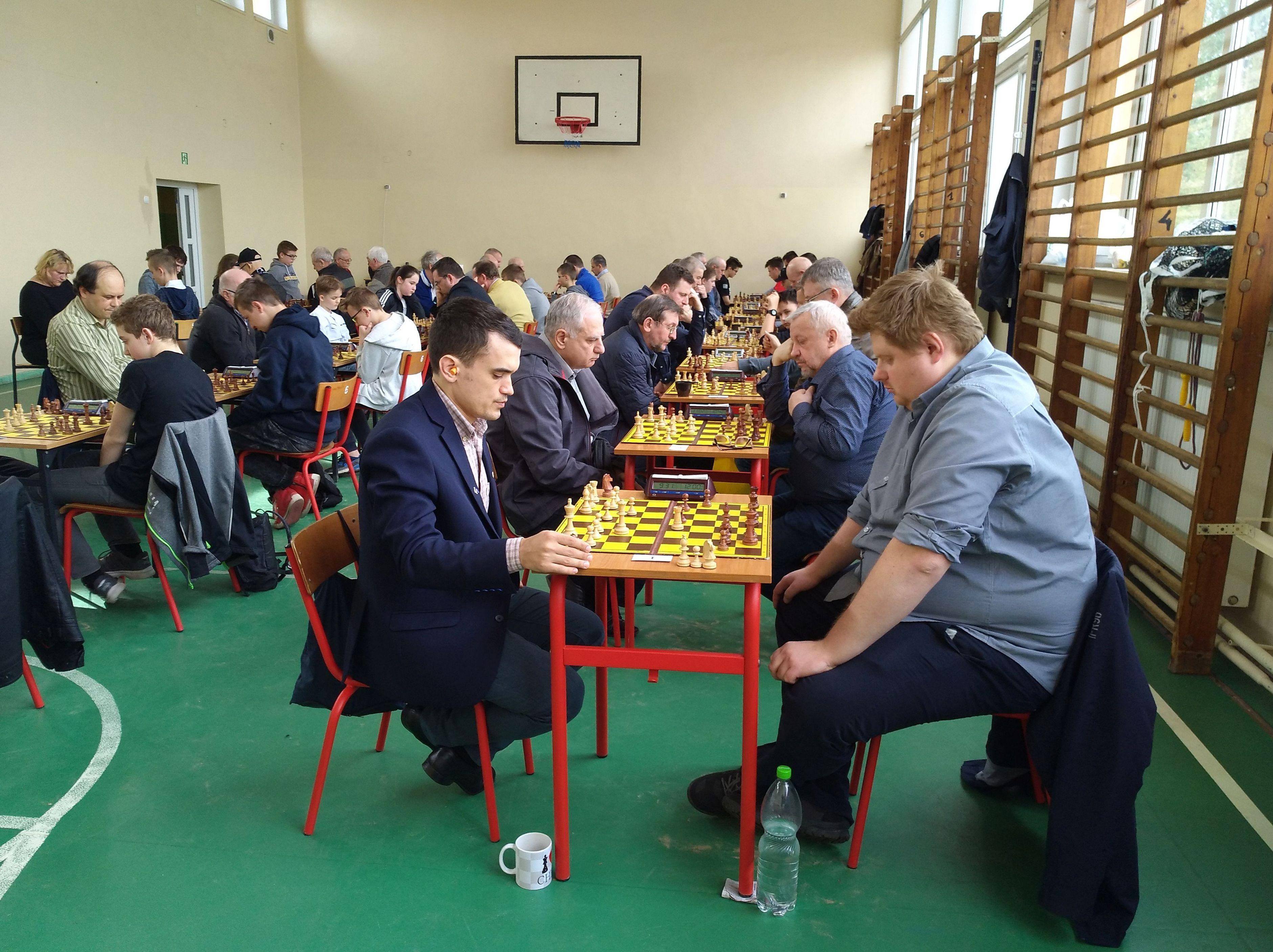 turniej o puchar burmistrza gryfic 2018, zawodnicy na sali gry w sp3 w Gryficach, partia na pierwszej szachownicy