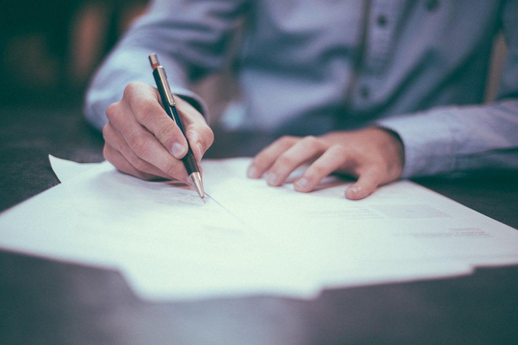 Jak uzyskać status bezrobotnej w Gryficach? Należy zarejestrować się w PUP w Gryficach i przynieść dokumenty związane z przebiegiem pracy.