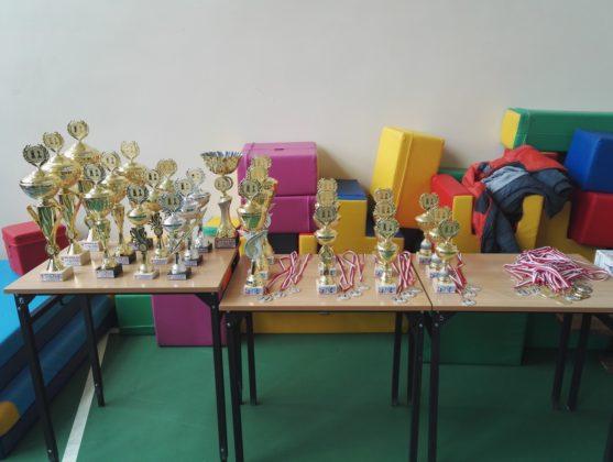puchary dla najlepszych w turnieju o nagrodę mądrej sowy gryfice 2018
