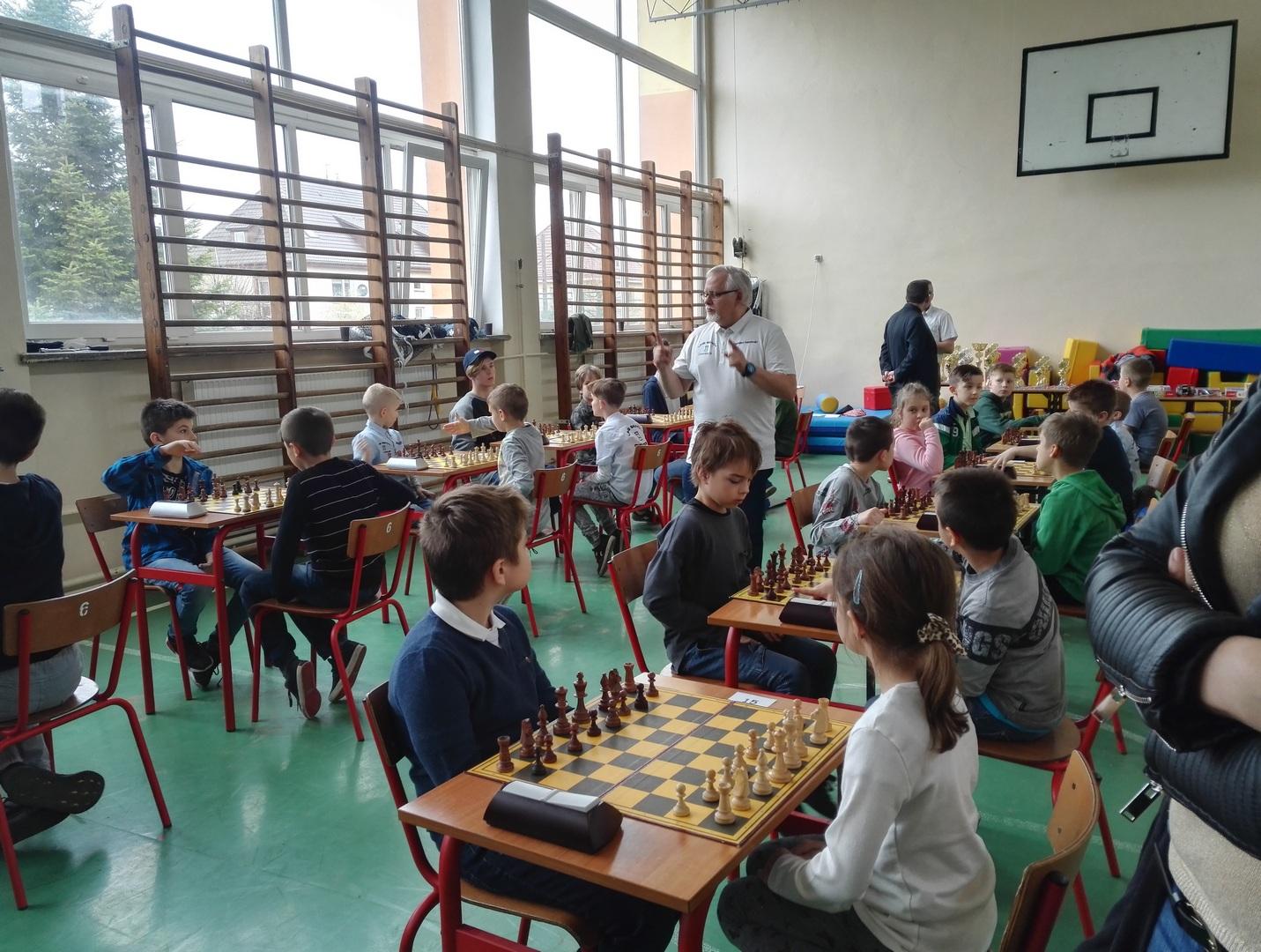 VII Turniej o Nagrodę Mądrej Sowy Gryfice 2018, szachy w Gryficach w Szkole Podstawowej nr 3, dzieci grające w szachy na sali gimnastycznej