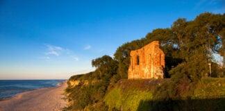 W Trzęsaczu atrakcją turystyczną są ruiny kościoła z XIII wieku.