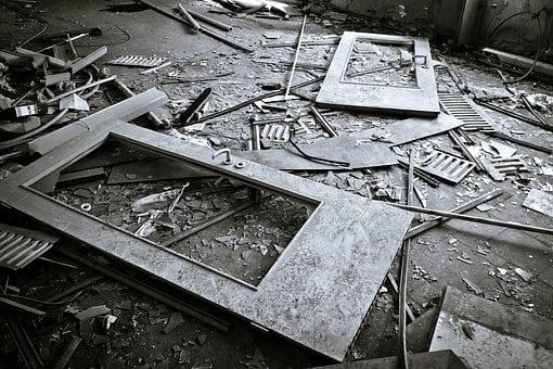 35-letni mężczyzna wybrał dosyć radykalny sposób na pozbycie się z mieszkania starych mebli - wyrzucił je przez okno...
