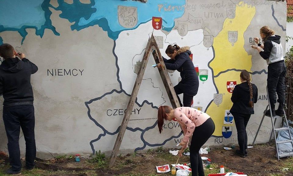Obecnie prace nad gryfickim muralem są już prawie ukończone. Fot. Liceum Plastyczne im. Tadeusza Eysymonta w Gryficach.