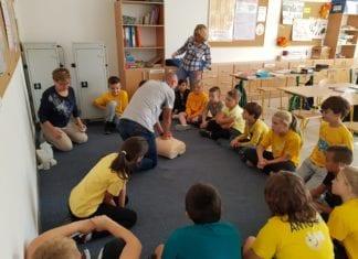 Uczniowie, nauczyciele i inni pracownicy Prywatnej Szkoły Językowej Top Link w Gryficach wzięli udział w akcji bicia rekordu w resuscytacji krążeniowo-oddechowej.