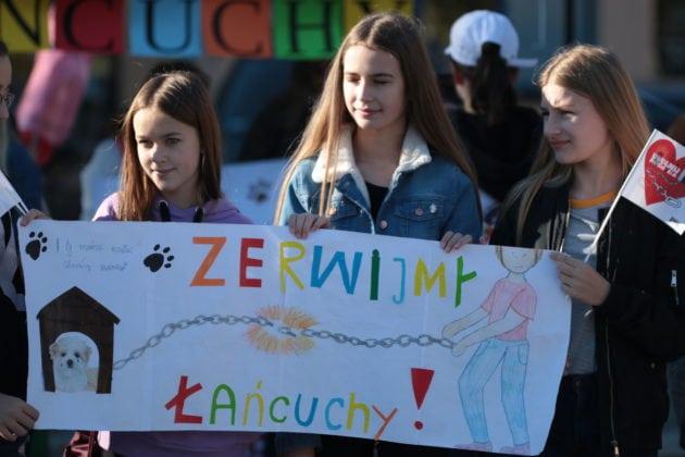 """6 października w Gryficach odbył się happening pt. """"Zerwijmy łańcuchy"""". Protestowano przeciwko trzymaniu psów na łańcuchach."""