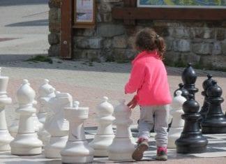 Miejska Biblioteka Publiczna i UKS Szach Gryfice zapraszają dziecichętne do gry w szachy na zajęcia szachowe do biblioteki.