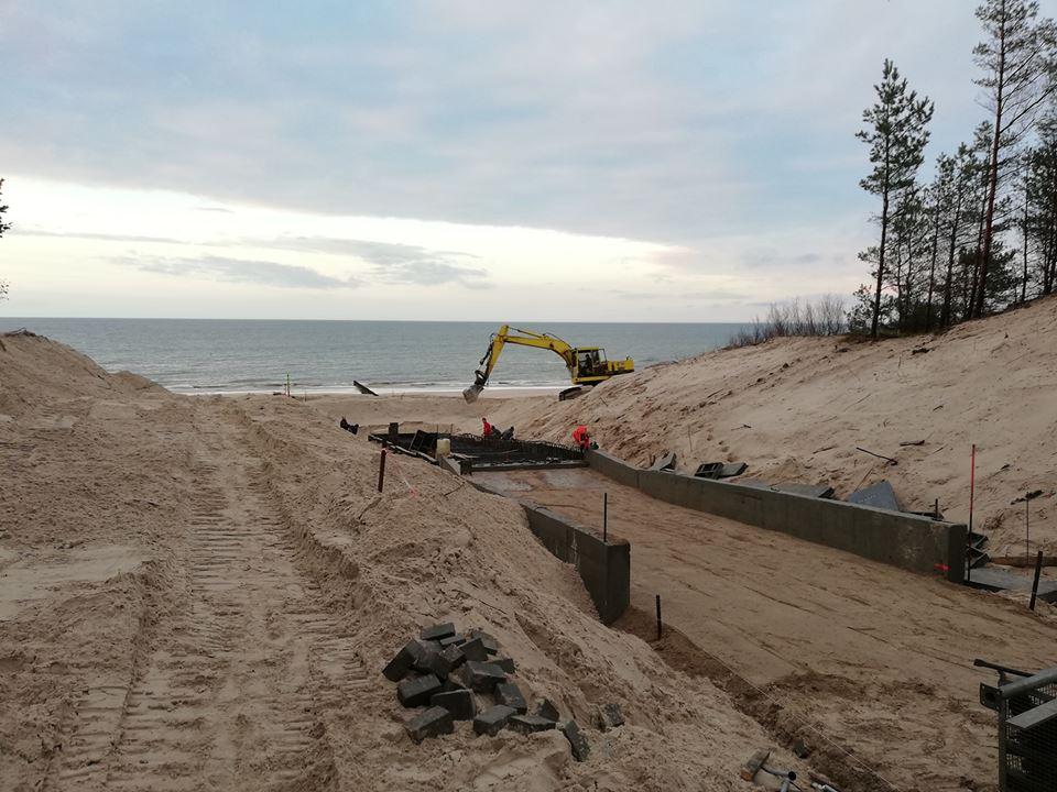 Trwają prace nad budową zejścia technicznego na plażę w Mrzeżynie. Fot. Mrzeżyno24
