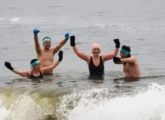 W Pogorzelicy co tydzień spotykają się zwolennicy lodowatych kąpieli. Fot. RSC Bałtyk Rewal.