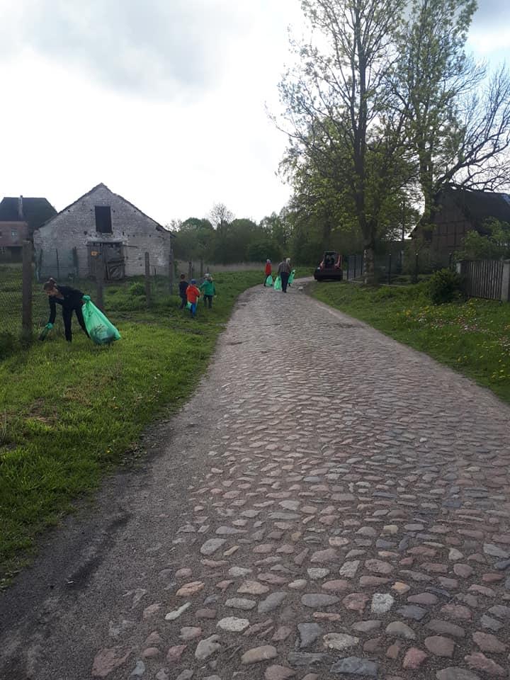 Akcja sprzątania świata w Modlimowie. Fot. Marek Grzelak.