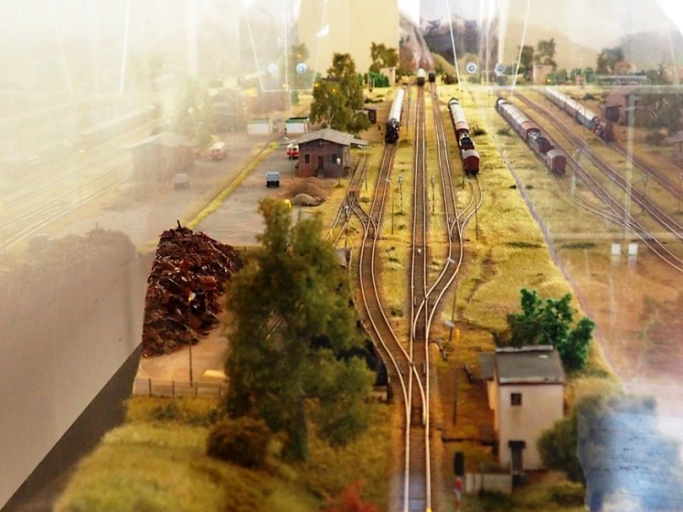 Można już zwiedzać wystawę pamiątek kolejowych na dworcu w Rewalu. Fot. rewal.pl