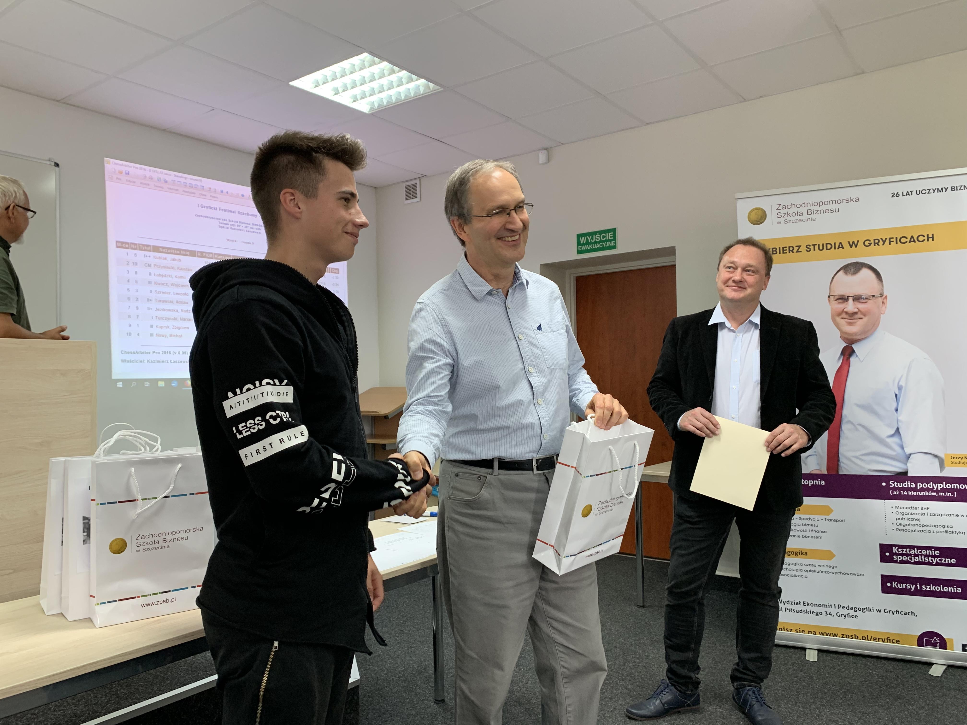 Jakub Kubiak odbiera nagrodę za I miejsce w turnieju.