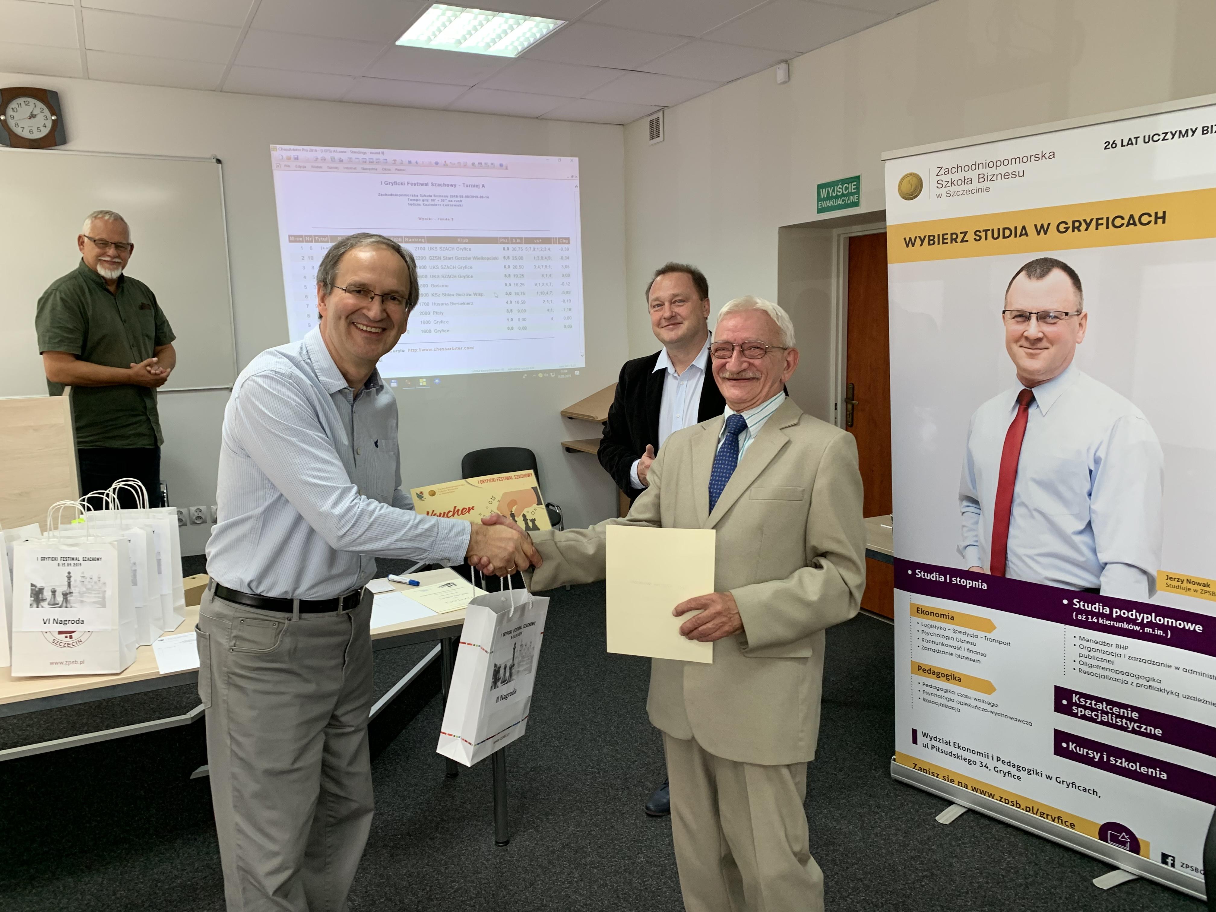 Kajetan Przysiecki odbiera nagrodę za II Miejsce w I GFS.