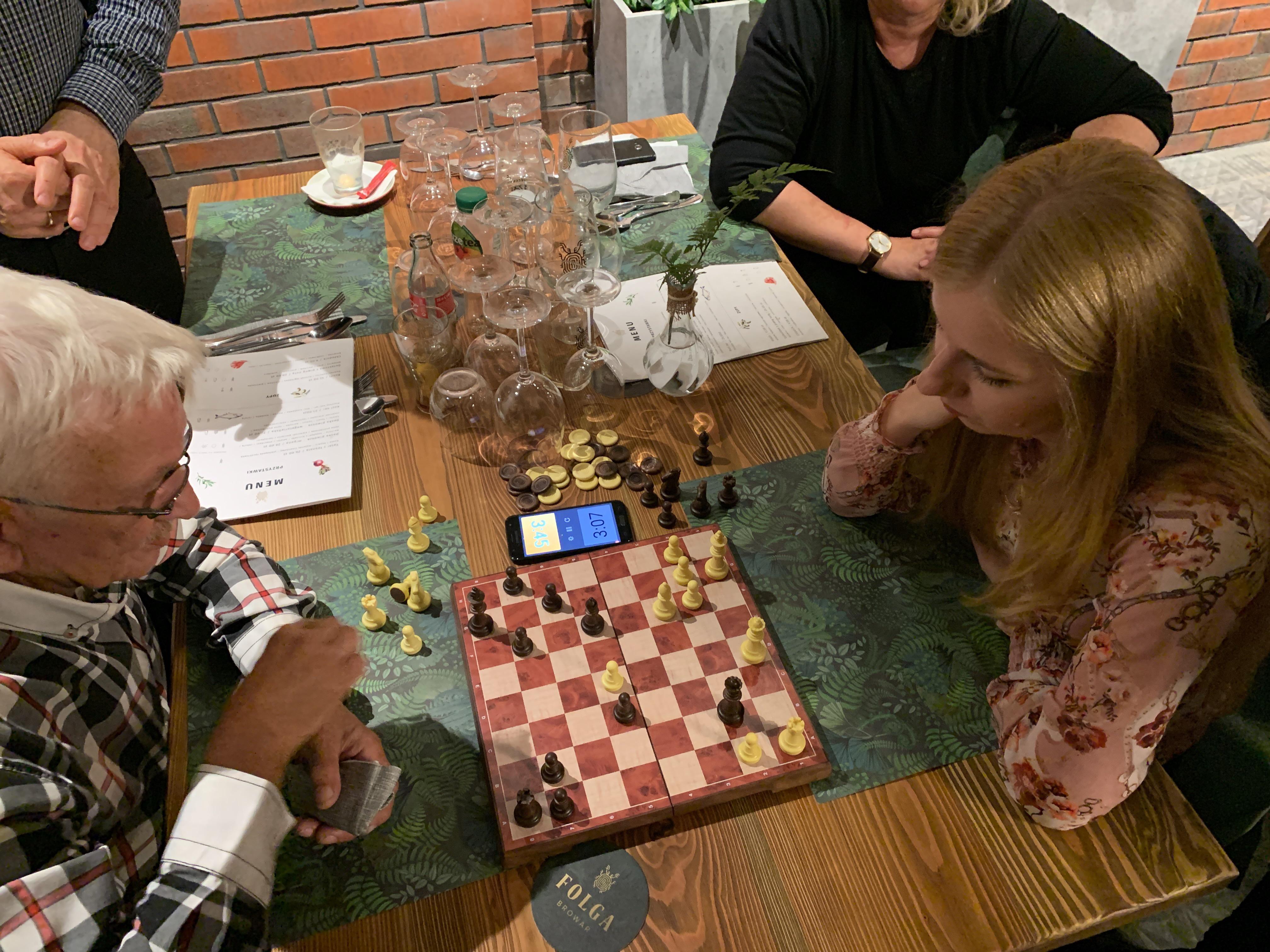 Szachiści grają w szachy w browarze Folga