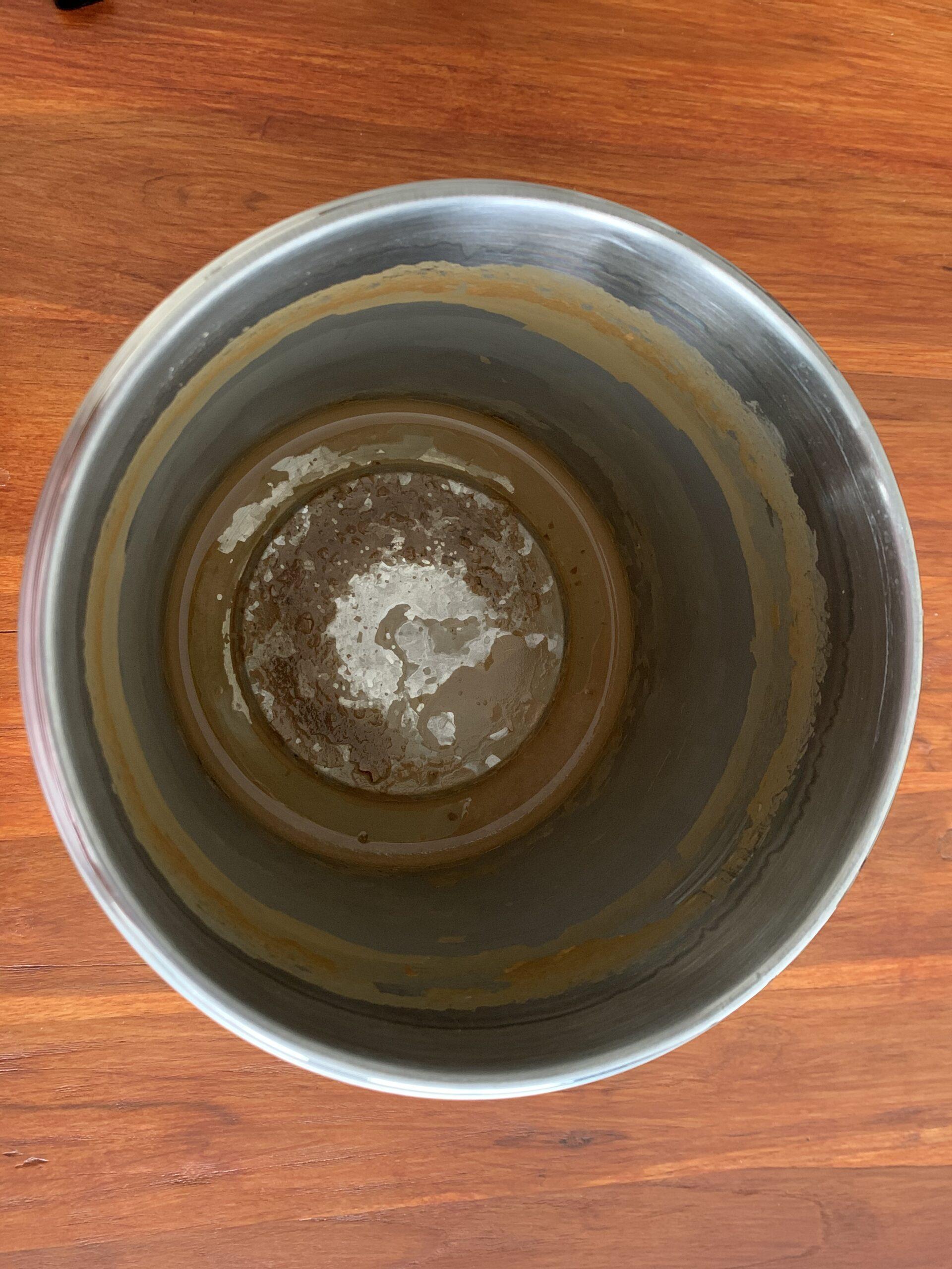 Zanieczyszczenia z wody pozostałe po procesie destylacji....